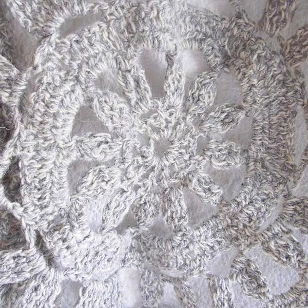 napperon gris au crochet