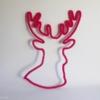Trophée tête de cerf en tricotin rose fuchsia